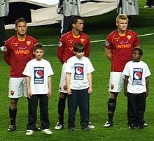Panucci (al centro) alla Roma nel 2008, tra Totti e Riise, durante la trasferta di Champions League sul campo del Chelsea