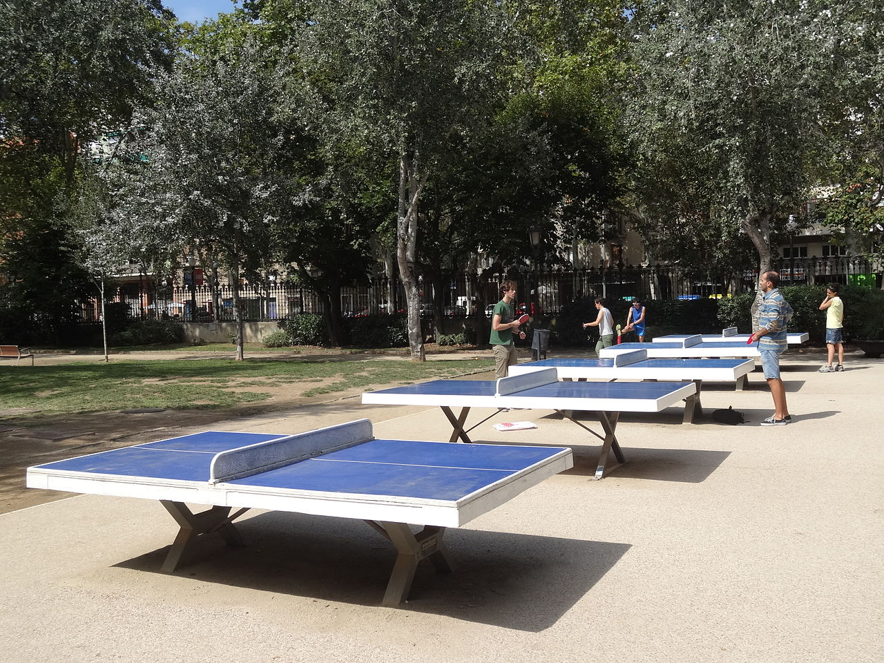 File Cinc Taules De Ping Pong Al Parc De La Ciutadella Jpg Wikimedia Commons