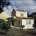 Collectie Nationaal Museum van Wereldculturen TM-20029917 Opzichterswoning van Landhuis Veeris Curacao Boy Lawson (Fotograaf).jpg