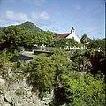 Collectie Nationaal Museum van Wereldculturen TM-20030087 Gezicht op Oranjestad vanaf Fort Oranje, in het midden de Rooms-katholieke kerk Sint Eustatius Boy Lawson (Fotograaf).jpg