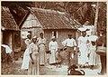 Collectie Nationaal Museum van Wereldculturen TM-60062292 Groep arbeiders bij huizen Jamaica Woodbury Frost (Fotograaf).jpg
