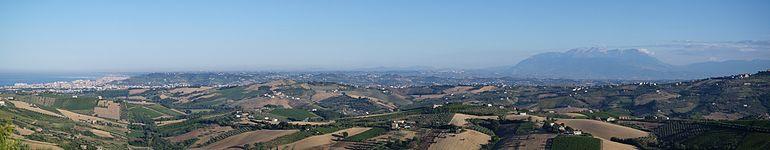 Panorama dell'entroterra della provincia ripreso da Pianacce: sulla sinistra la conurbazione pescarese, e sulla destra la Majella