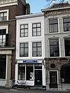foto van Huis met eenvoudige geverfde lijstgevel. Stoep