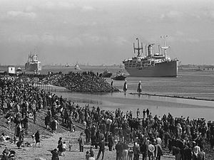 History of Feyenoord - The Waterman and the Groote Beer at Hoek van Holland with fans for Lisbon (1963)