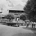 De koningin verlaat het hospitaal in Julianadorp, Bestanddeelnr 252-4447.jpg
