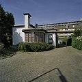 De voormalige noodslachterij heeft een hoge schoorsteen met een halfronde uitbouw - Weesp - 20407871 - RCE.jpg