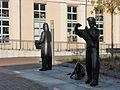 Denkmal der Gebrüder Humboldt vor der Humboldt-Bibliothek.jpg