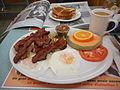 Deux oeufs tournes bacon et journal - 12.jpg