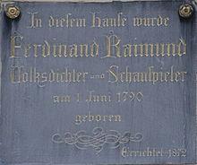 Erinnerungstafel an dem Geburtshaus von Ferdinand Raimund, Mariahilfer Straße 45 (Quelle: Wikimedia)