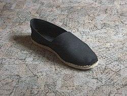 Bajo el nombre de \u201cAlpargata \u201c denominamos al tradicional calzado de lona y suela de fibra de yute o cañamo trenzado. Similar a la sandalia,
