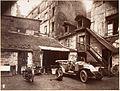 Eugène Atget, Cour, 7 rue de Valence, 1922.jpg