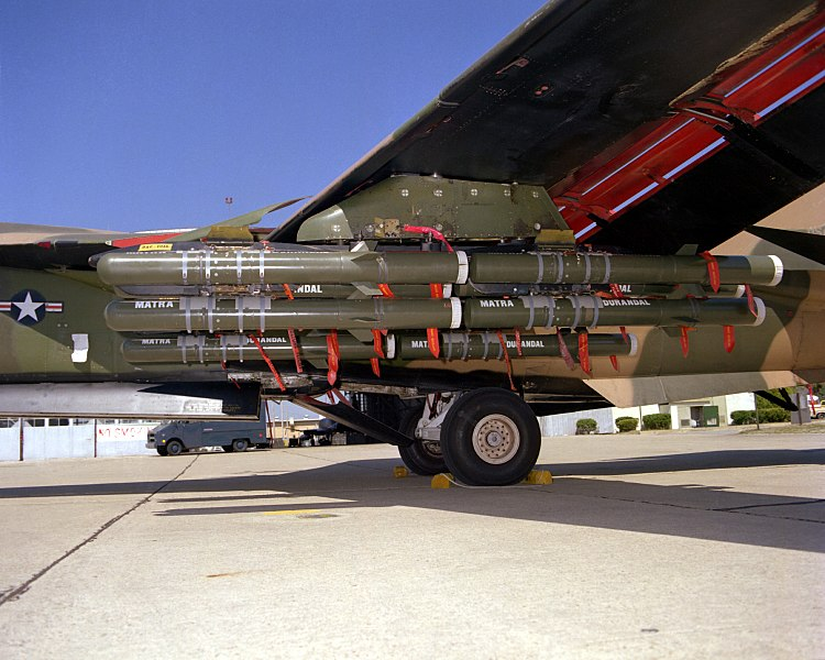 Fichier:F-111 with Durandal.jpg