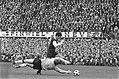 Feijenoord tegen FC Twente 3-0 doelman Schrijvers duikt voor de voeten van van H, Bestanddeelnr 921-9648.jpg