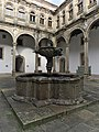 Fuente del Patio de San Juan (Hospital de los Reyes Católicos, Santiago de Compostela).jpg