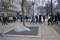 """Fuite des manifestants """"gilets jaunes"""" devant la police à Saint-Étienne.jpg"""