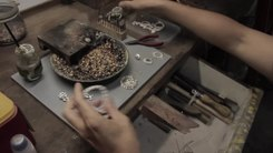 Податотека:GRANDMOTHER'S PERANAKAN BROOCH • Jeweler Shows How to Make • George Town • MALAYSIA.webm