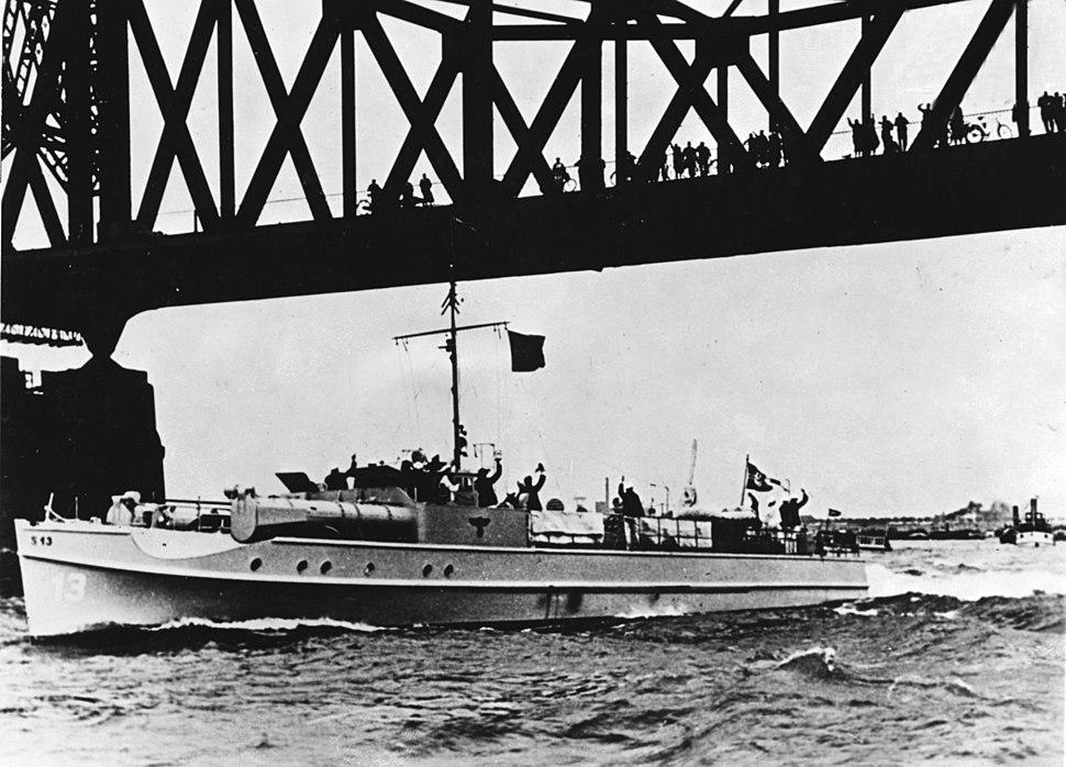German motor-torpedo boat S13 passing under a bridge in the 1930s (NH 91615)