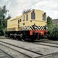 HUA-151542-Afbeelding van de diesel electrische rangeerlocomotief nr 633 serie 600 van de NS in gele uitvoering en met schrikstrepen bij de NS werkplaats te Tilb.jpg