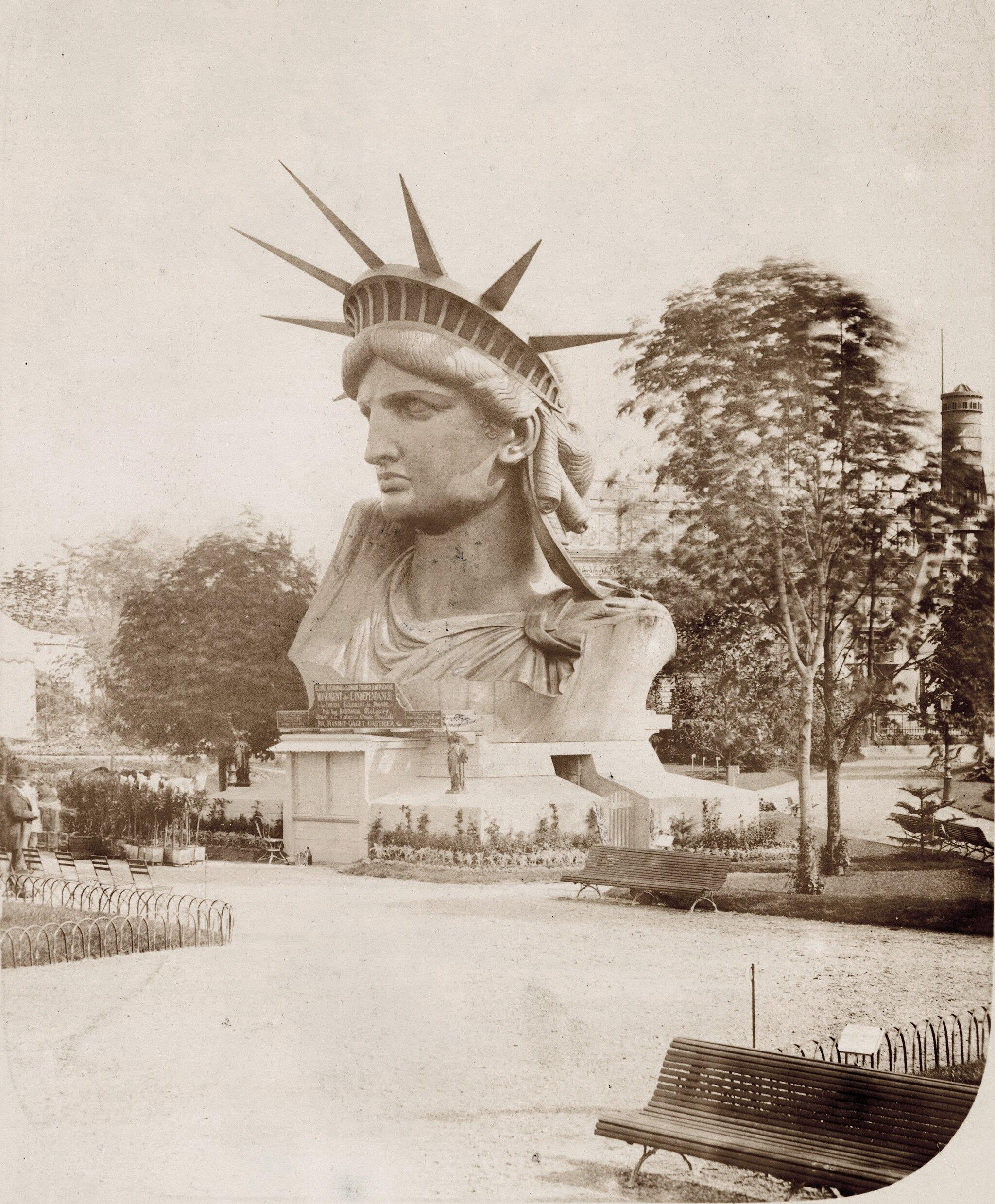 Pierre Petit,, Le buste de la Statue de la Liberté sur le Champ-de-Mars, 1878