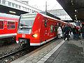 Heidelberger Hauptbahnhof- auf Bahnsteig zu Gleis 2- Richtung Bruchsal bzw. Neckargemünd (S-Bahn Rhein-Neckar 425 210-2) 26.3.2009.jpg