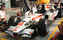 Photo de la Honda RA106 de Rubens Barrichello dans les stands du Grand Prix d'Italie 2006