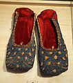 Indian mojari, 19th century, red velvet with gold embroidery and sequins - Bata Shoe Museum - DSC00132.JPG