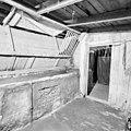 Interieur, paardenstal met hoge voederbakken en ruiven - Elst - 20002816 - RCE.jpg