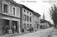 Jarcieu, la place côté de la poste, en 1908, p 109 de L'Isère les 533 communes - cliché C D Blanchard, éditeur à Vienne.jpg