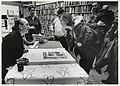 Joost Swarte signeert de speciale editie van zijn tekening Museum voor Eigentijdse Kunst bij de Atheneum boekhandel. Gedempte Oude Gracht 70, NL-HlmNHA 54037036.JPG