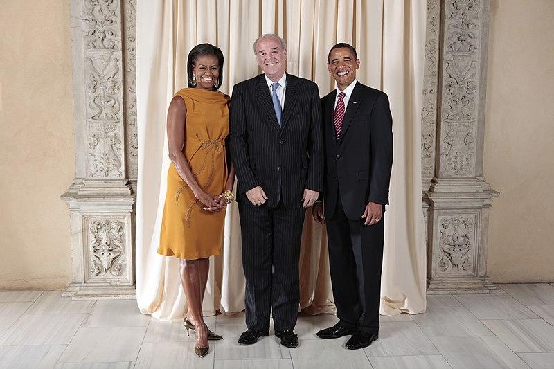 Archivo:Jose Antonio Garcia-Belaunde with Obamas.jpg