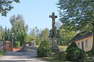 Kamenný krucifix s Pannou Marií Bolestnou