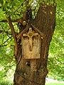 Kapliczka nadrzewna we wrocławskim ogrodzie botanicznym.jpg