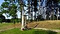 Kapliczka przydrożna nad brzegiem jeziora Chomiąskiego. - panoramio (1).jpg