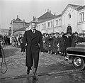 Koning Frederik IX op de kade in Kopenhagen met op de achtergrond toeschouwers e, Bestanddeelnr 252-8657.jpg