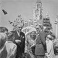 Koninklijk gezin in Middelburg met Jonkheer de Casembraa op het plein, Bestanddeelnr 913-8930.jpg