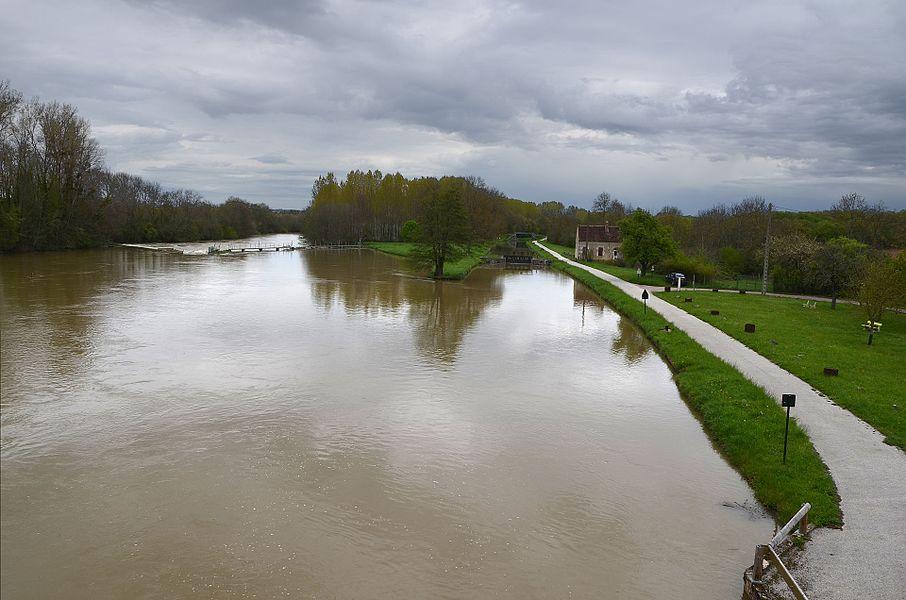 L'Yonne et le canal du Nivernais à Prégilbert, Yonne, France. Vue vers l'aval (vers le nord) depuis le pont de la D309.