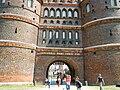 """Lübeck, Holstentor Vorderseite, Inschrift """"Concordia domi foris pax"""".jpg"""