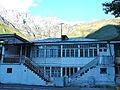 La maison bleue adossée à la colline. Stepantsminda (franek2 2012).jpg