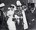 La señora doña Fernando Moreno Zuleta y el Marqués de Aulencia al salir del palacio episcopal después de su enlace, de Goñi.jpg