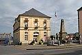 Le monument aux morts et la mairie de Caumont-l'Éventé.jpg
