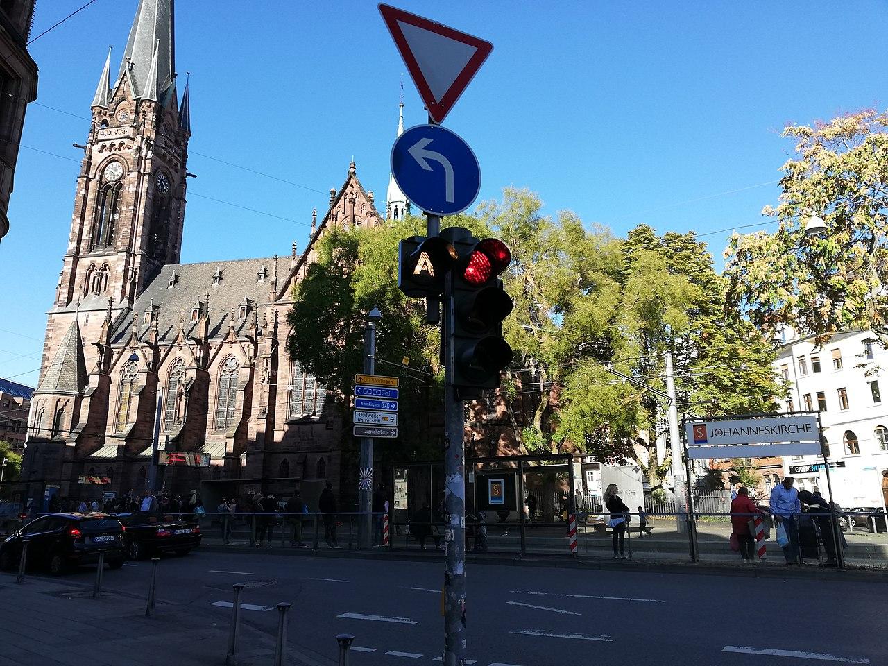 Lichtsignalanlage Busanforderung Johanneskirche Saarbrücken.jpg