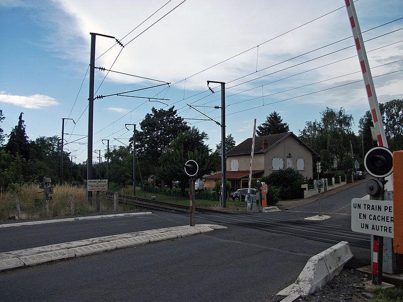 Passage à niveau numéro 7 de la ligne de Saint-Germain-des-Fossés à Darsac coupant la route départementale 27, commune de Creuzier-le-Vieux. Vue en direction du nord (Saint-Germain-des-Fossés, Paris / Lyon).