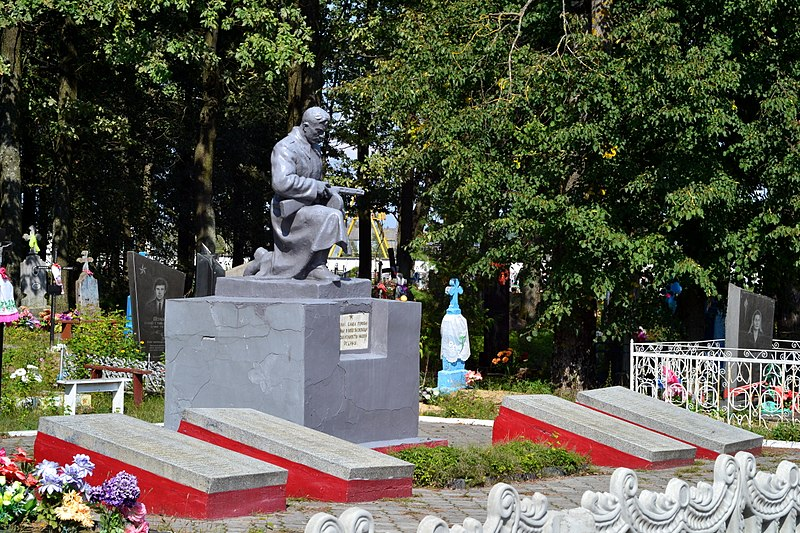 Файл:Liubeshiv Volynska-brotherly grave of soviet warriors&partisans-general view.jpg