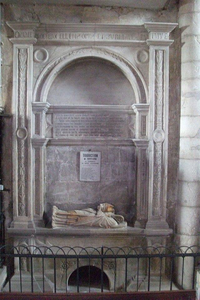 En liggende statue av Eucharius på hans grav i kirken i Liverdun
