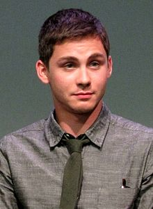 Description de l'image  Logan Lerman at the Apple Store Soho in New York City, July 29, 2013.jpg.