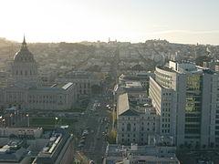 Mirando hacia el oeste desde UC Hastings, el ayuntamiento y los tribunales estatales de California, San Francisco.jpg