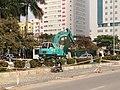 Máy xúc trên đường Tôn Thất Thuyết, Hà Nội 001.JPG