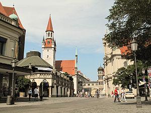 München, Viktualienmarkt met das Alte Rathaus D-1-62-000-4289 positie2 2012-08-05 15.29