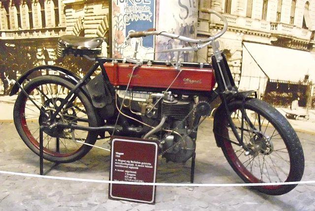https://upload.wikimedia.org/wikipedia/commons/thumb/5/57/Magnet_Motorrad_1906.JPG/640px-Magnet_Motorrad_1906.JPG