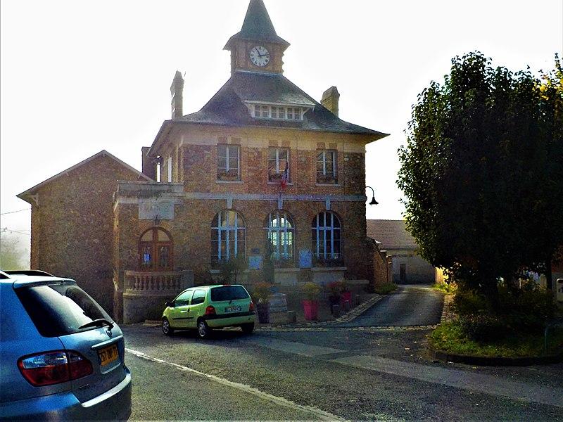 La Mairie de Jaulgonne, une mâtiné d'automne.